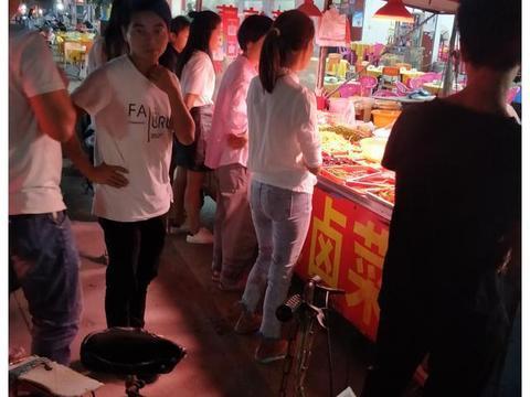 东莞长安厦边:流动小摊凉菜摊围满了人,为啥大家都爱买凉素拼?