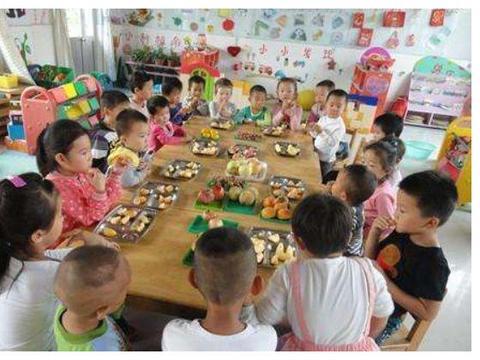 老师发的照片当中有车厘子,孩子却说只吃到了苹果,家长不淡定了