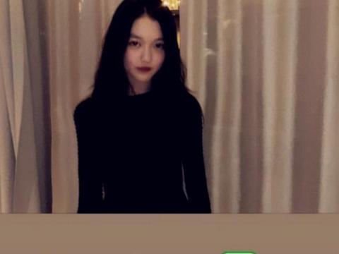 13岁李嫣参加派对,大红唇配黑礼服超精致,气场令网友直呼:女神