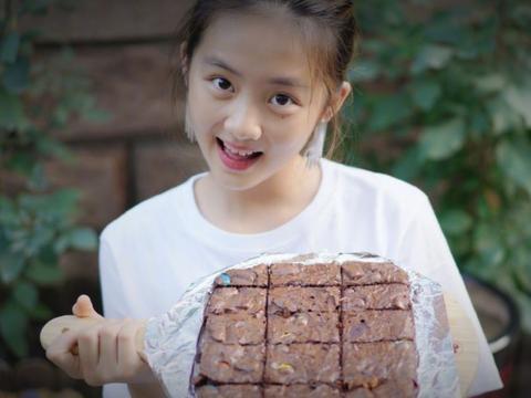 黄多多13岁就苦练厨艺,却有谁留心到吴尊女儿?瞬间路转粉