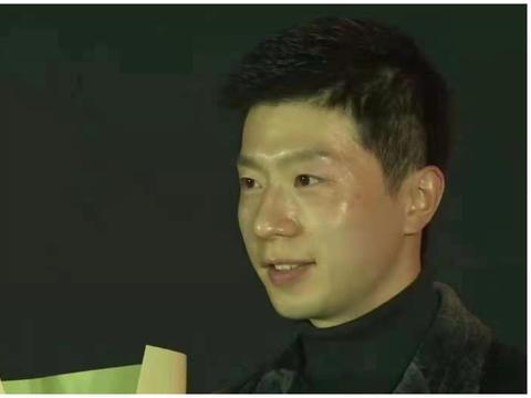 马龙刘诗雯当选年度最佳运动员,刘国梁拍照留念,记录光荣时刻