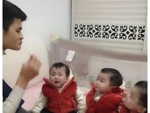爸爸手拿饼干假装晕倒,看到三胞胎反应,网友:地位不如一块饼干