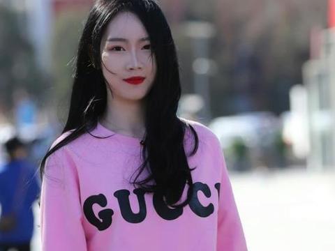 街拍:眉清目秀的美女,一件粉色上衣配牛仔裤,青春靓丽气息