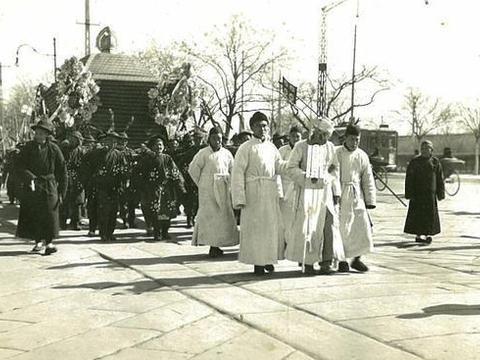 1938年,老北京人的葬礼,出殡队伍从天安门广场走过