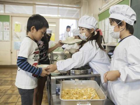 日本新兴教育:让孩子吃掉自己养大的小鸡,这方式是否值得推广?