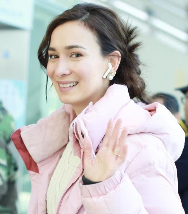 卢靖姗穿粉色羽绒服现身,无名指戴婚戒隔空秀恩爱,御姐范十足