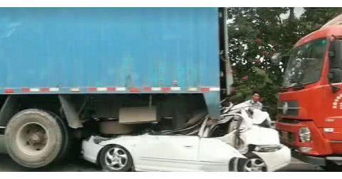 """三车相撞,路虎直接被挤成""""饼干"""",货车:我很努力踩刹车了"""