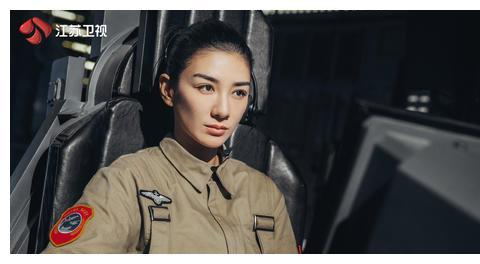 """黄奕首次出演科幻作品 穿着戏服对女儿说""""情话"""""""