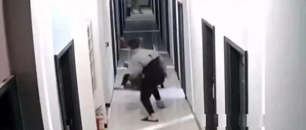 """证实了!深圳""""楼道家暴""""男子确系民警,警方通报最新处理结果"""