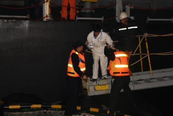 威海出入境边防检查站出海救助巴拿马籍船舶受伤船员