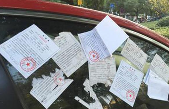 这辆丰田车违停,因车牌上的字交警难贴罚单,难道这不违章?