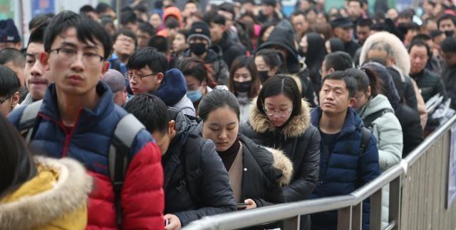 """""""反向春运""""火爆 春节前一周成出行最高峰"""