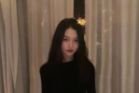 王菲女儿李嫣近照曝光,身穿小黑裙妩媚优雅