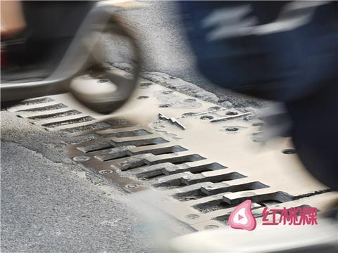 """韩江大桥上这块铁板很""""闹心"""" 附近群众盼修复"""