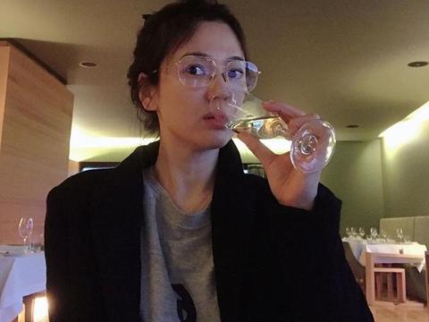 宋慧乔近照颜值创新高!眼镜配西装洋娃娃变酷女,大素颜嫩回20岁