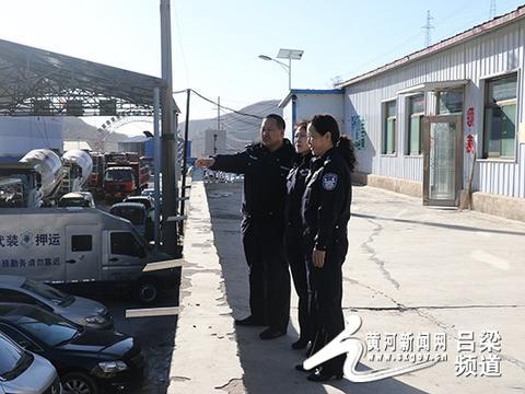 交口交警大队长杨云珍、教导员马郡侦深入车管所检查工作