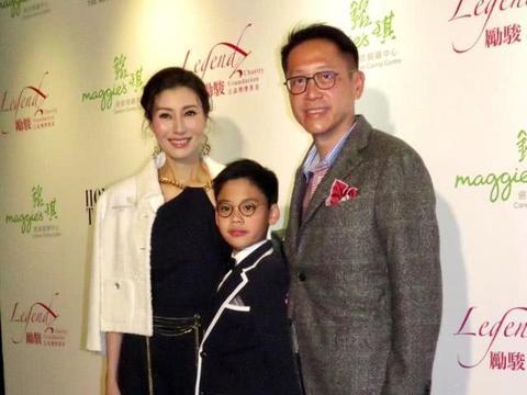 李嘉欣儿子正面照曝光,才8岁年纪却已经戴上了近视眼镜