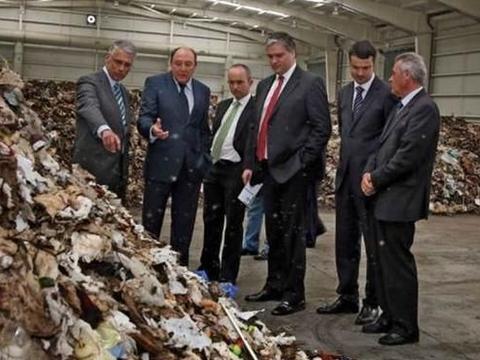 该国每年垃圾不够用,需要大量进口,垃圾在他们眼中是一门生意