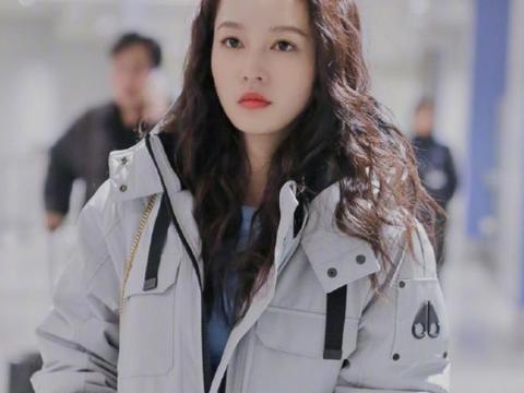 李沁现身机场,路人镜头下的她,扎着丸子头发量让人羡慕