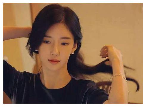 韩国知名网红,不惜花十亿整成杨颖的样子,如今模样发型都很像!