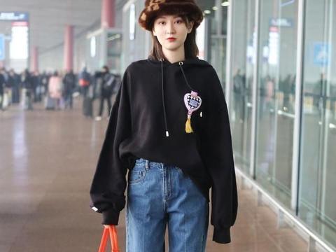 乔欣现身机场,黑色卫衣搭高腰牛仔裤,细腿和小蛮腰令人羡慕