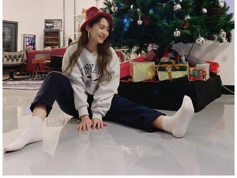 杨丞琳晒坐圣诞树下美照,戴红色针织帽萌态十足