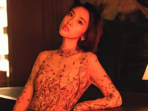 唐艺昕身穿裸粉色落地纱裙,十分优雅迷人