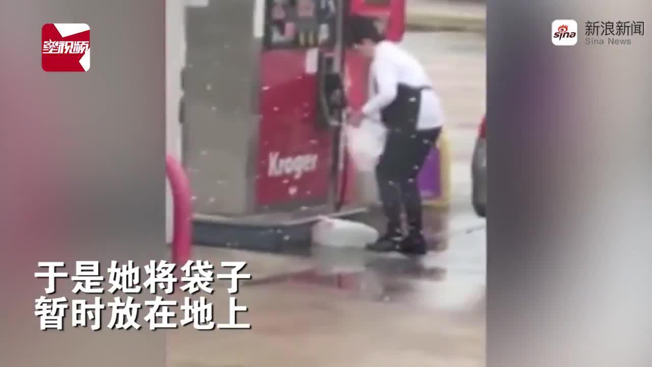 神操作!加油站一女子用塑料袋装汽油,装好后放汽车后备箱