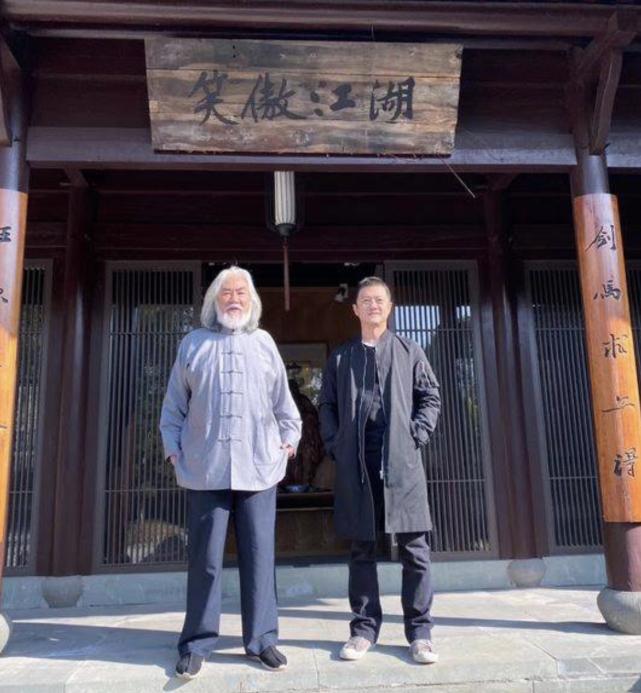 """李亚鹏张纪中""""笑傲江湖""""牌匾下合影,疑要回归娱乐圈复出拍戏!"""