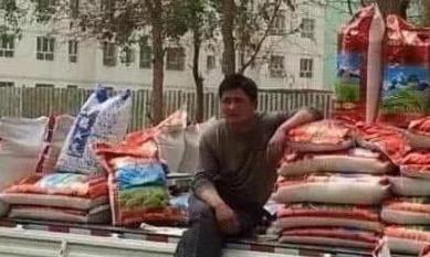 """民间处处有明星:""""周润发""""卖米,""""洪金宝""""卖菠萝"""