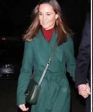 凯特妹妹皮帕穿墨绿色大衣和丈夫外出,230万订婚戒指闪耀全场