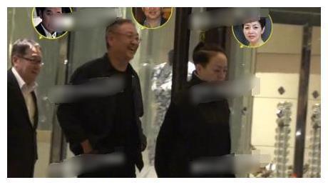 宋丹丹同赵宝刚海岩聚会,嫁富豪却开保姆车,与赵导豪车对比强烈