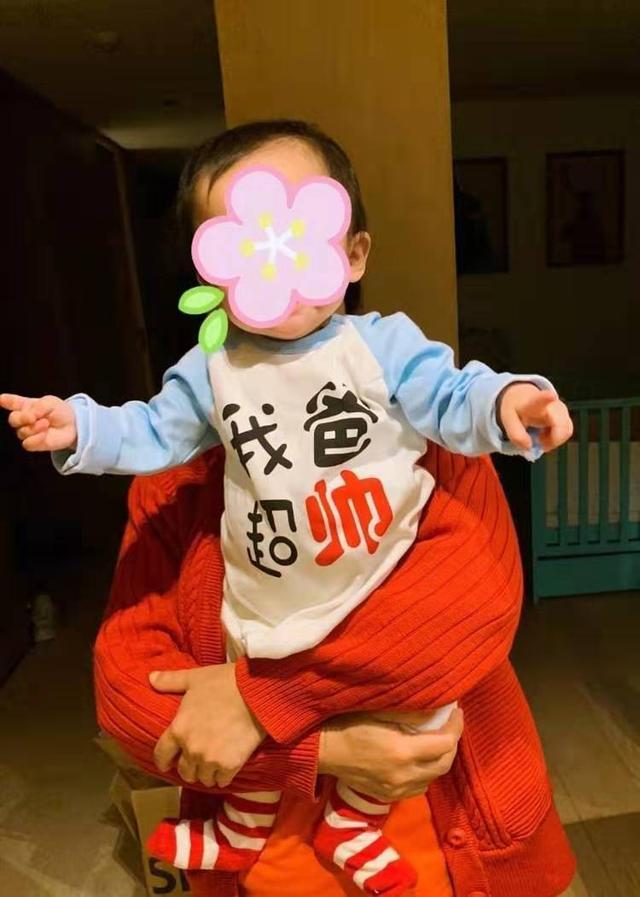 付辛博和女儿为颖儿庆生,小月亮扎羊角辫罕见出镜一家三口好幸福