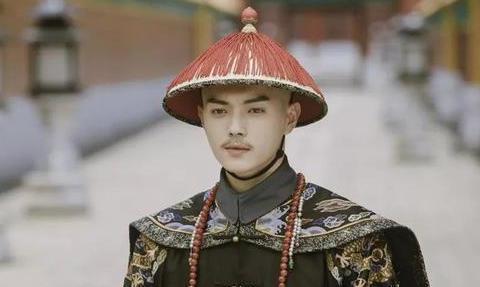 清朝官员在拜见皇帝下跪时,为何要先甩两下袖子呢?