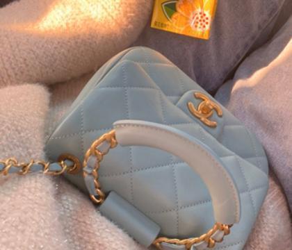比19手袋还要迷人,一定是这只迷你香奈儿手环包,包包越小越时髦