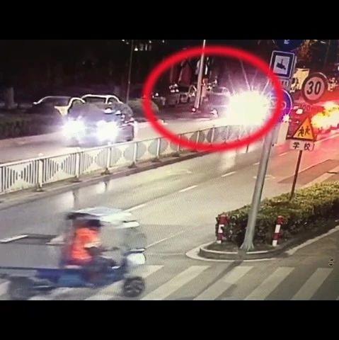 留在了事故现场,交警为何判了肇事逃逸?