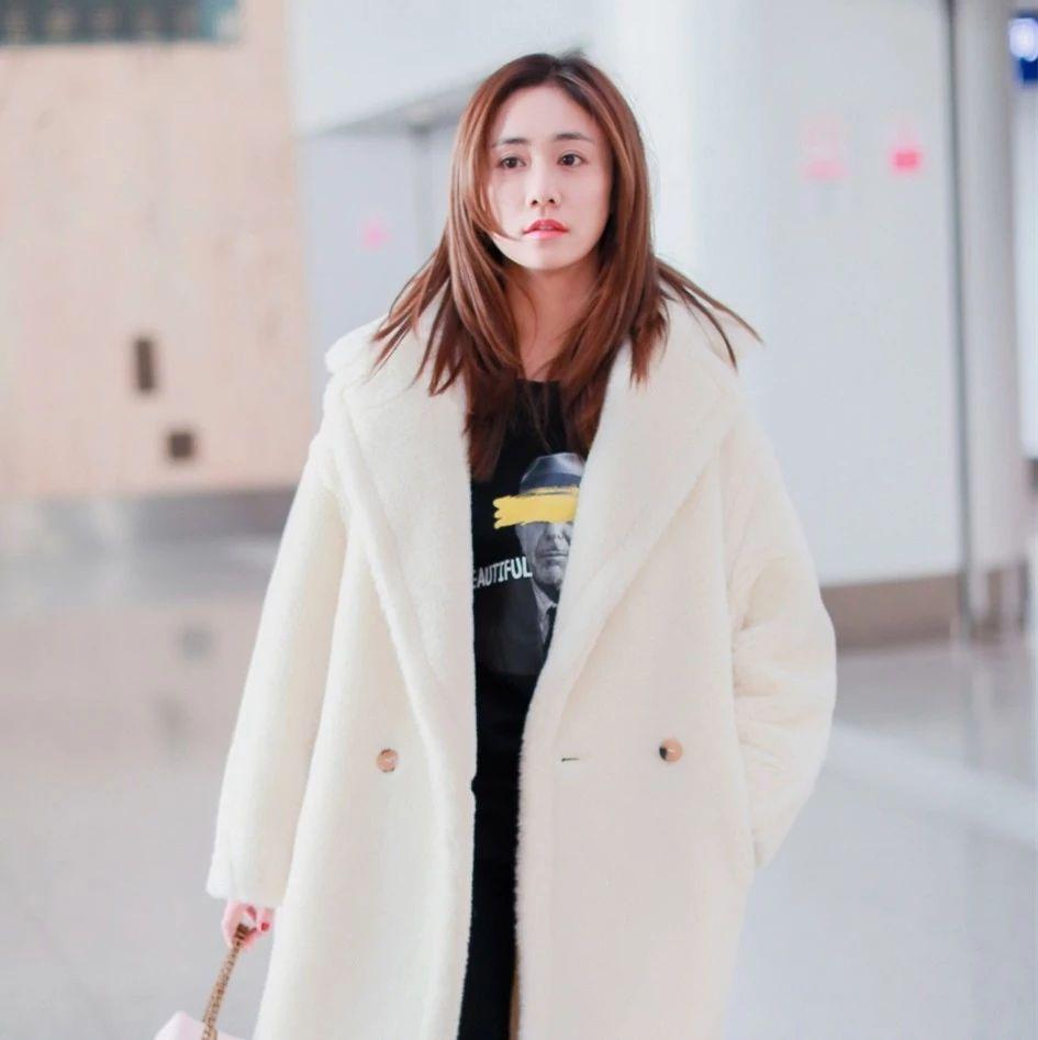 辣妈刘芸素颜皮肤零瑕疵,纯白大衣时髦保暖,小鹿眼清纯不像37岁