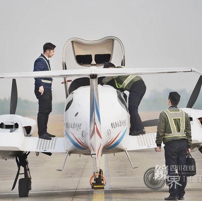 """镜界丨90后飞行教员眼中的""""中国机长""""炼成记"""
