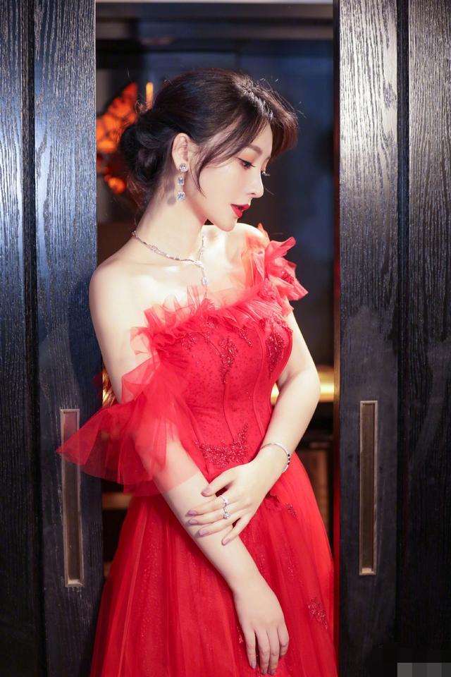 柳岩一身红色纱裙出席活动,露美背香肩气质优雅迷人