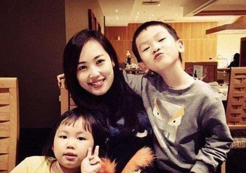 马蓉开直播数几十万人观看,中指钻戒抢镜,网友:她是好母亲