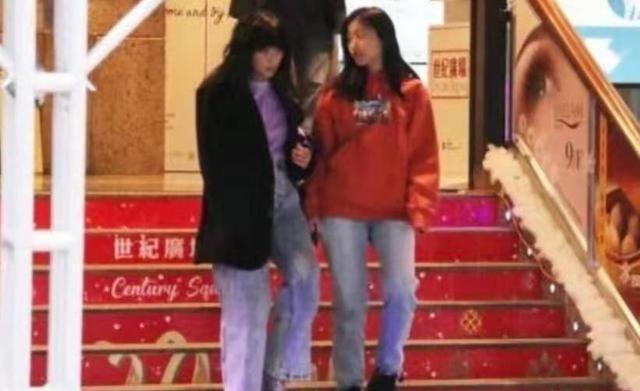 陈奕迅妻女共同逛街,差不多高,边走边聊天