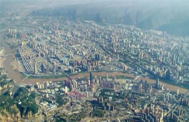 景中文化之旅:空中俯瞰兰州黄河上的大桥