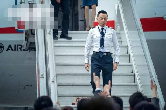"""饰演中国""""英雄机长"""",捧回五座影帝奖杯,现实座驾更硬汉"""