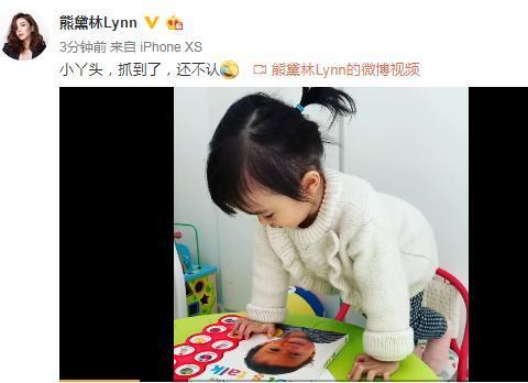 熊黛林晒1岁双胞胎女儿,Kaylor看英文书还偷亲书上小哥哥,超萌