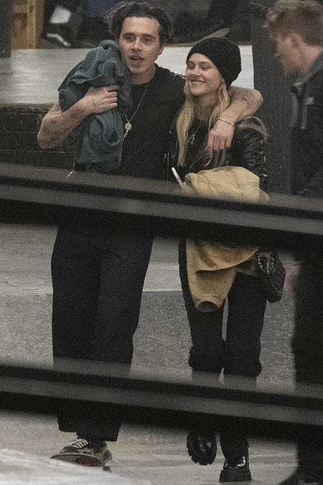 小贝长子布鲁克林与新女友垃圾桶边热吻,姐弟恋情正式曝光
