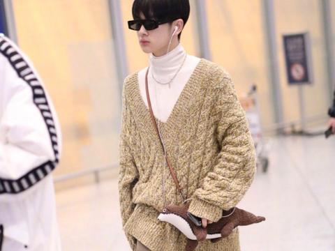 周震南现身机场,高领打底衫配v领毛衣,小个子也有强气场?