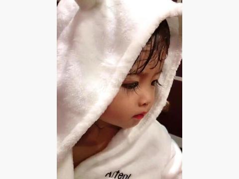 小宝宝拥有逆天的长睫毛,当她抬起头来,网友:心被萌化了