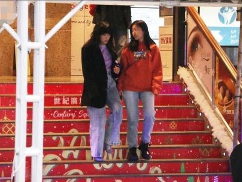 陈奕迅15岁女儿陪妈妈逛街,身高远超徐濠萦,并肩而行如姐妹