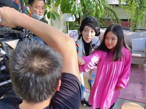 王诗龄晒游玩照似公主巡游,长发造型与母亲李湘如同复刻