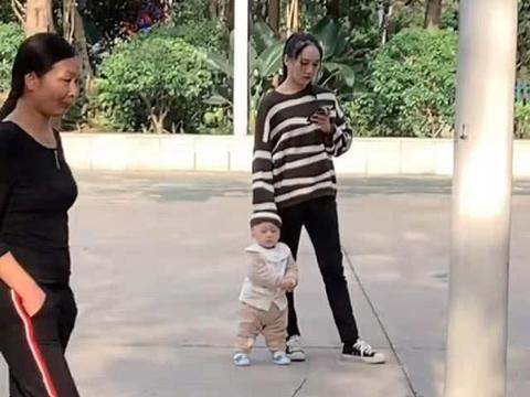 宝宝不喜欢戴帽子,妈妈想的办法笑翻路人,网友感叹:一孕傻三年